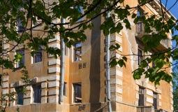 Övergiven byggnad - brutet hyreshuslägenhethus Fotografering för Bildbyråer