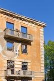 Övergiven byggnad - brutet hyreshuslägenhethus Arkivfoto