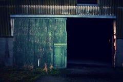 Övergiven byggnad - dörrdetalj arkivbilder