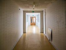 Övergiven byggnad för dagen kasserade sikten den byggnads-, korridor- eller korridorvägen Arkivbild