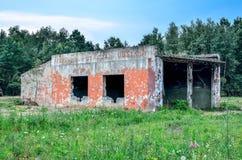 Övergiven byggnad för militär enhet Arkivbilder