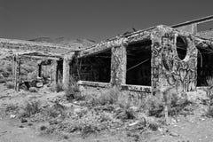 Övergiven byggnad i öken Fotografering för Bildbyråer