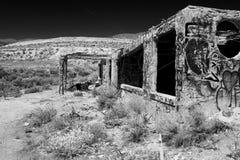 Övergiven byggnad i öken Arkivbilder