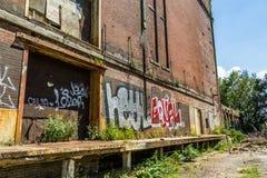 Övergiven byggnad i helgonet Lious, MO med grafitti Arkivbilder