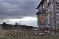 Övergiven byggnad med skriver in inte tecken Royaltyfri Foto