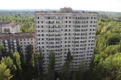 Övergiven byggnad på spökstaden Pripyat, Tjernobyl zon Arkivfoton
