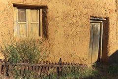 Övergiven byggnad som göras av sugrör och gyttja längs Caminoen de Santiago i Spanien Royaltyfria Foton