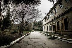 Övergiven byhusbyggnad i den Baku Botanical trädgården Inget i parkera med träd Vår arkivbilder