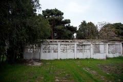 Övergiven byhusbyggnad i den Baku Botanical trädgården Inget i parkera med träd Vår royaltyfri fotografi