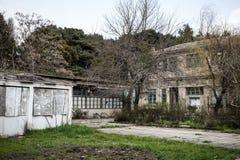 Övergiven byhusbyggnad i den Baku Botanical trädgården Inget i parkera med träd Vår royaltyfria bilder