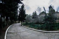 Övergiven byhusbyggnad i den Baku Botanical trädgården Inget i parkera med träd Vår arkivfoton