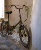 Övergiven cykel inom ett eftersatt koniskt taklagt Trulli hus i Alberobello, Puglia Italien arkivfoton