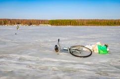 Övergiven cykel på is arkivfoto
