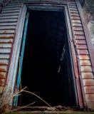 övergiven dörr arkivbild