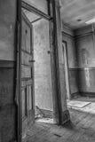 Övergiven dörr i korridor royaltyfria bilder