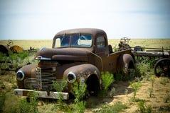 övergiven danad gammal lastbil Arkivfoton
