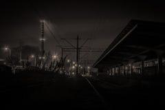 Övergiven drevstation i liten stad i Polen på natten Royaltyfri Bild