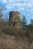 Övergiven fästning i threes och moln Royaltyfria Foton