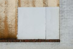 Övergiven fönster- och tegelstenmodell Arkivbild