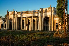 Övergiven förfallen drevstation-Kelasuri Abhazia royaltyfria foton