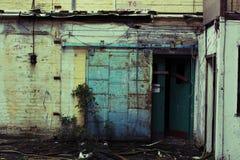 Övergiven fabrik - dörr royaltyfri bild