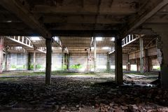 Övergiven fabrik, förstörda väggar Royaltyfria Foton