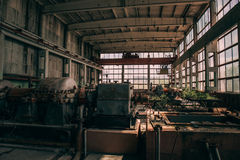 Övergiven fabrik i den Efremov staden, Ryssland Stort mörkt rum med rostig utrustning, stora fönster Arkivfoto