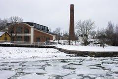 Övergiven fabrik i snö Royaltyfria Bilder