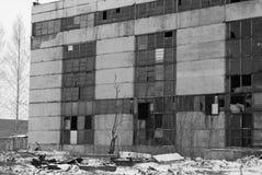 Övergiven fabrik i svartvitt Royaltyfria Bilder