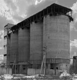 Övergiven fabrik i svartvitt Arkivbild