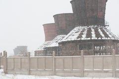 Övergiven fabrik i vinter Arkivfoton