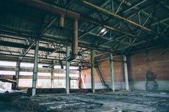 Övergiven fabrik, industriell inre Royaltyfri Bild