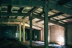 Övergiven fabrik, lager, mörk byggnadsinre, apokalypsbegrepp Royaltyfria Bilder