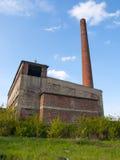 Övergiven fabrik med den höga lampglaset Fotografering för Bildbyråer