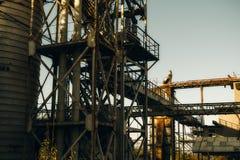 Övergiven fabrik på solnedgång Royaltyfri Foto