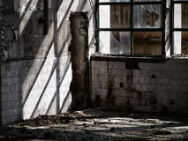 Övergiven fabrik - rostade väggar Royaltyfria Bilder