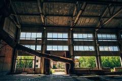 Övergiven fabrik, stort lager, stora fönster Royaltyfria Foton