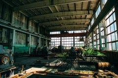 Övergiven fabrik, tom arbetsplats Royaltyfria Bilder