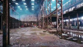 Övergiven fabrik, väggar med grafitti i St Petersburg, Ryssland lager videofilmer