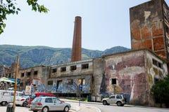 Övergiven fabriksbyggnad med grafittikonst Royaltyfri Fotografi