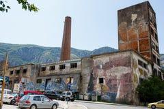 Övergiven fabriksbyggnad med grafittikonst Royaltyfria Bilder