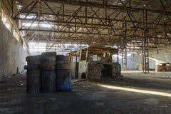 Övergiven fabrikshangar, var lekar rymms i paintball arkivfoto