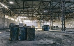 Övergiven fabrikshangar, var lekar rymms i paintball royaltyfri fotografi