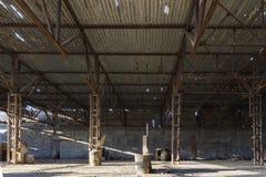 Övergiven fabrikshangar, var lekar rymms i paintball royaltyfri foto