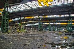 Övergiven fabrikskorridor Arkivfoton
