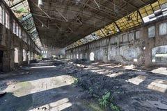 Övergiven fabrikskorridor Arkivbilder