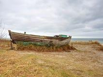 Övergiven fiskebåt på banken av havet Tyst fjärd för morgon inom vindstilla Royaltyfria Foton