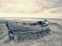 Övergiven fiskebåt på banken av havet Tyst fjärd för morgon inom vindstilla Fotografering för Bildbyråer