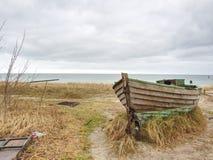 Övergiven fiskebåt på banken av havet Tyst fjärd för morgon inom vindstilla Royaltyfri Bild