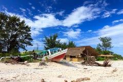 Övergiven fiskebåt på en strand Royaltyfri Foto